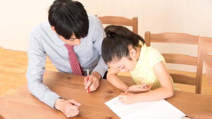家庭教師と勉強をする子供