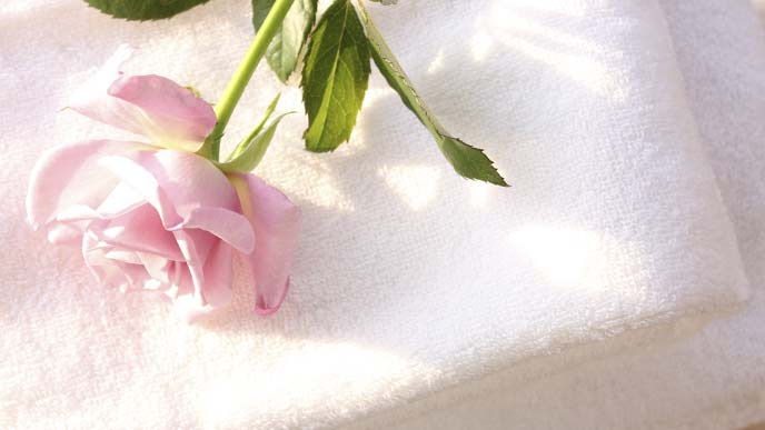 花がのせられたタオル