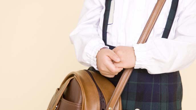 保育園バッグをもつ保育園児