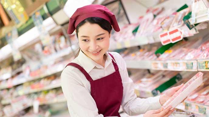 スーパーでパートとして働いてる女性