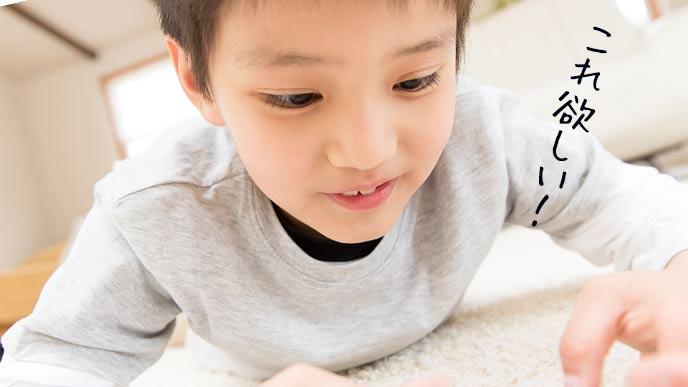 スマホゲームに夢中な子供