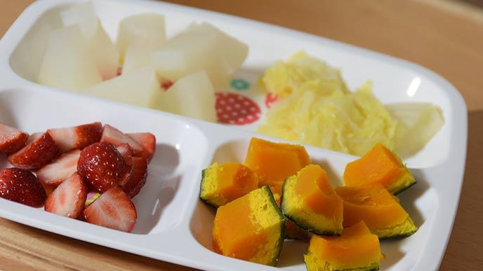 小さくカットされた野菜と果物