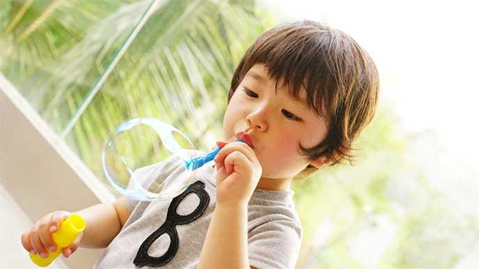 シャボン玉で遊んでる男の子