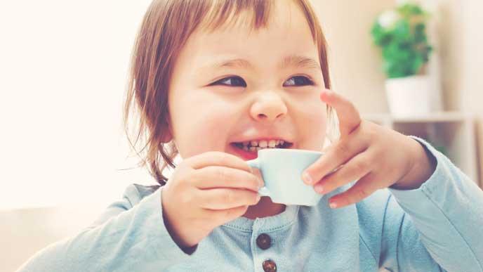 お茶を飲む男の子