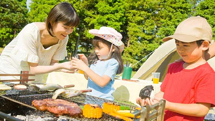 キャンプでバーベキューを楽しむ母子
