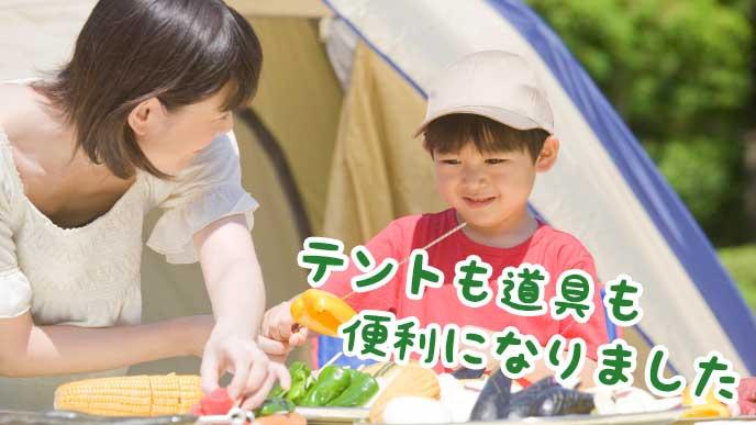 キャンプで料理を作る母と子供
