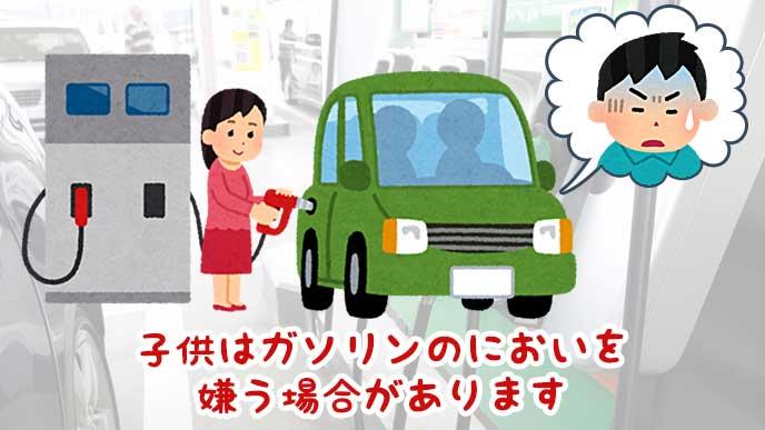 車にガソリンを入れる母親と具合が悪い男の子のイラスト