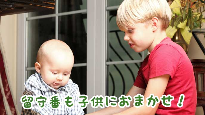 留守番で赤ちゃんの面倒を見ている子供