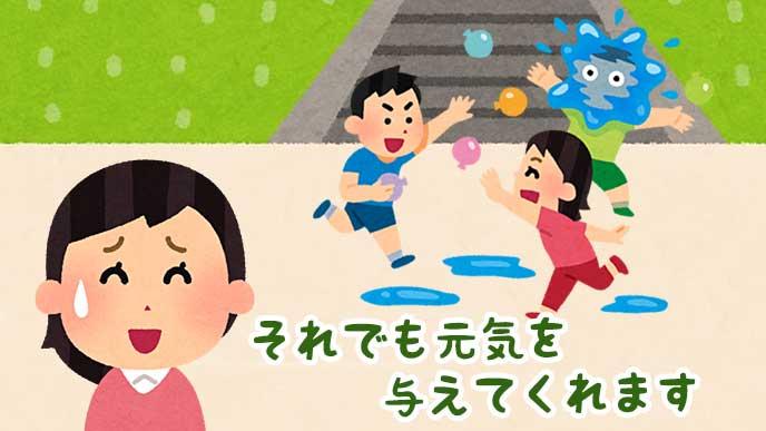 外で水風船を投げあって遊ぶ子供たちと苦笑いしている母親のイラスト