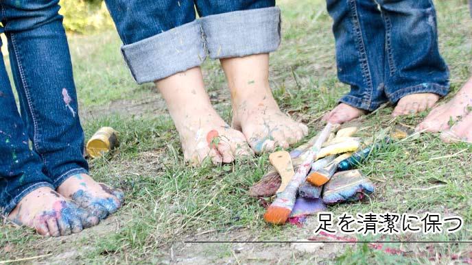 ペンキ塗りで汚れた子供たちの足