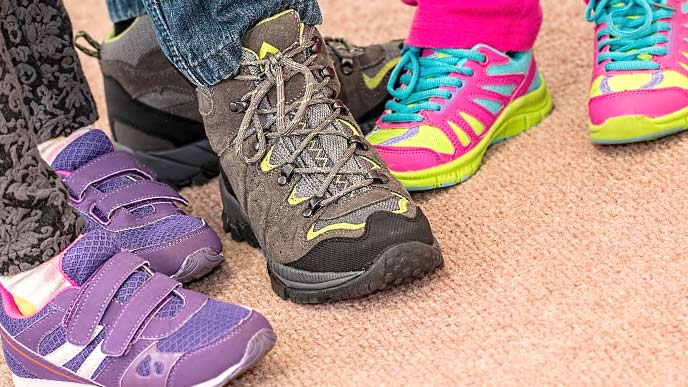 子供たちの足元と靴