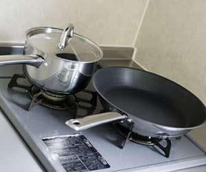 コンロの上の鍋とフライパン