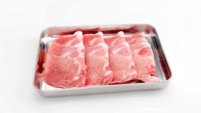 アルミのトレーにのった肉