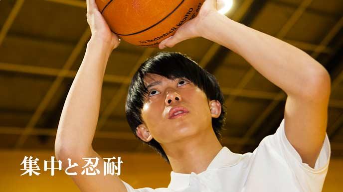 バスケの練習をする学生