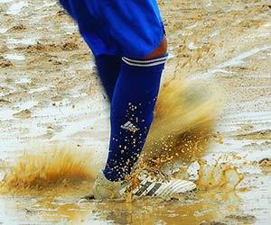 雨の中サッカーの練習