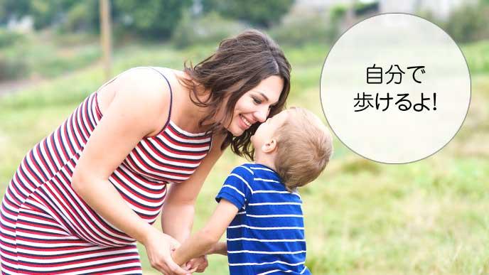 ママと散歩しながら話をする男の子