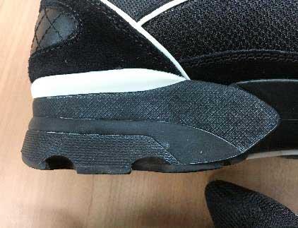ゴムの部分に白カビが浮いてきてる黒いスニーカー