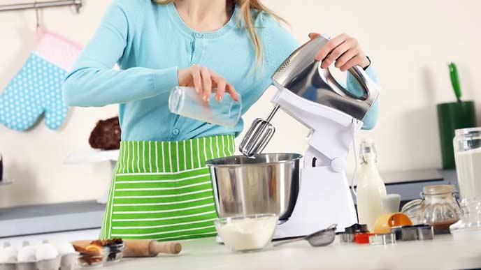 ブレンダーで調理する女性