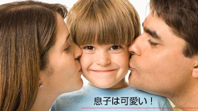 笑顔の男の子と両親