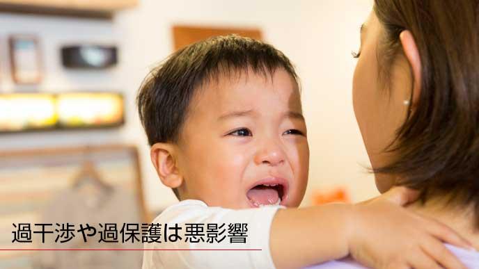 泣きながらママにしがみつく息子