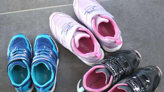 子供用の男の子用と女の子用の運動靴