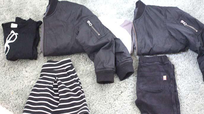 黒のおそろいのジャケットと黒いボーダーのスカートと黒いデニムパンツ