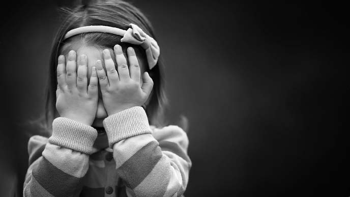 一人で泣く子供