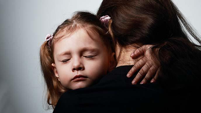 無言の子供を抱く母親