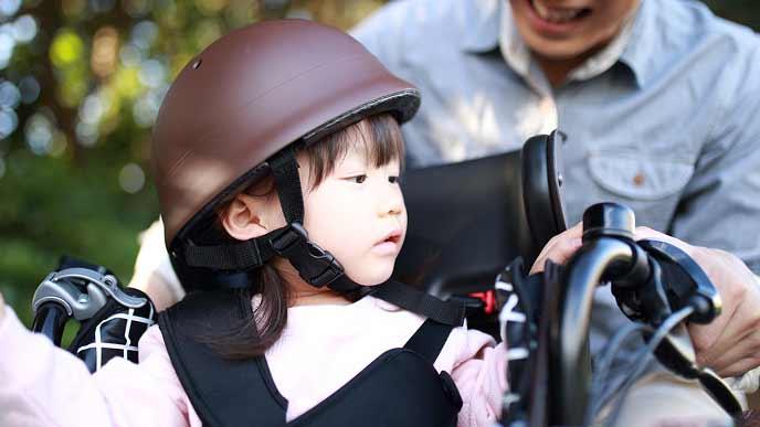 チャイルドシートに乗る一歳すぎの幼児