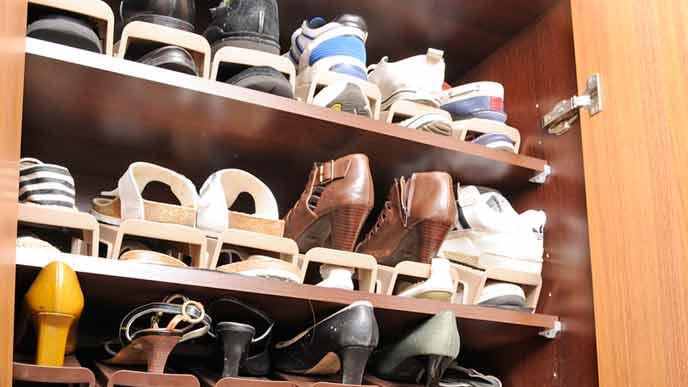 靴が隙間なく並ぶ靴箱の中