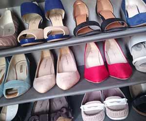 ぎっしりと靴が並ぶ靴箱