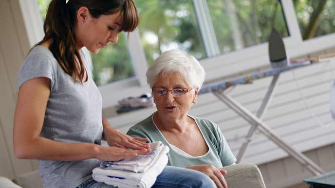 義理母の家で家事を手伝う女性