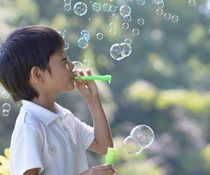 シャボン玉で遊ぶ幼児