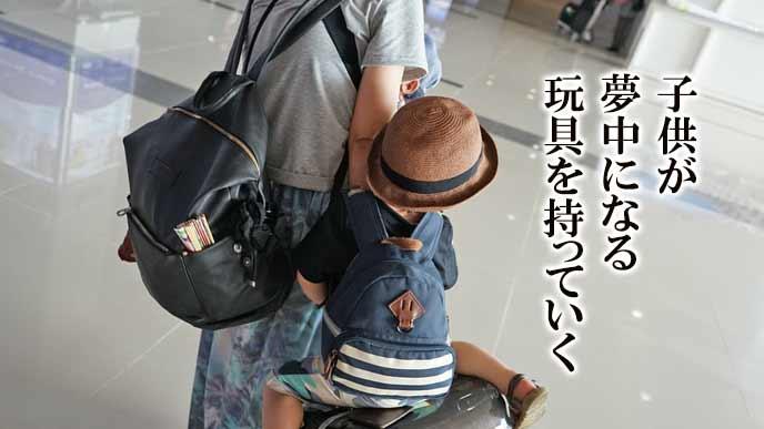 母親と一緒にお出かけする幼児