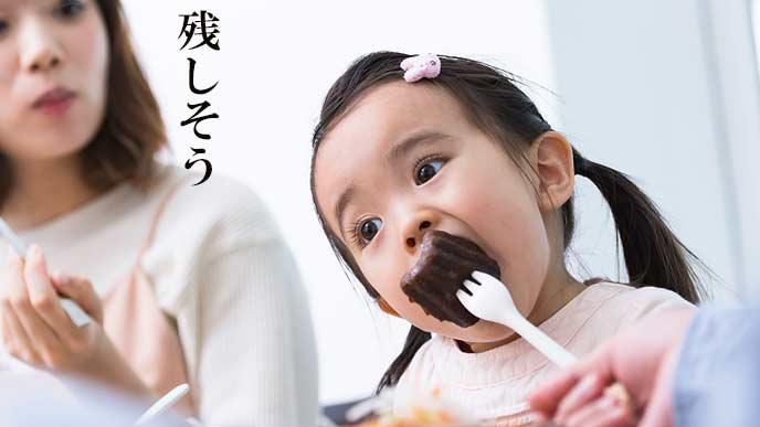 子供の食事を見守る母親