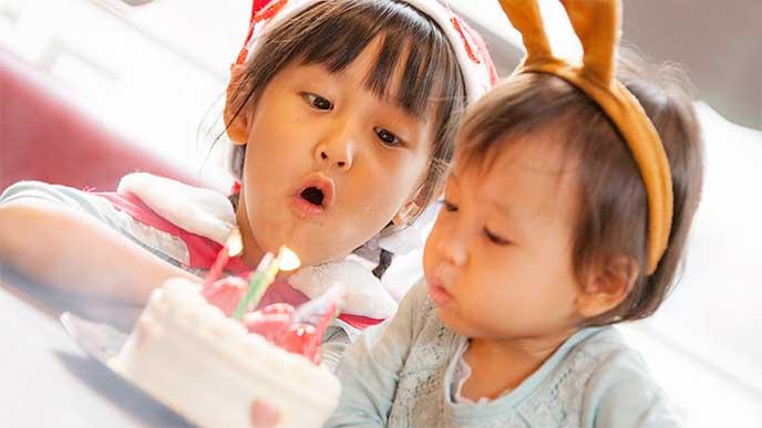 仮装しながら誕生日ケーキのろうそく消す男の子