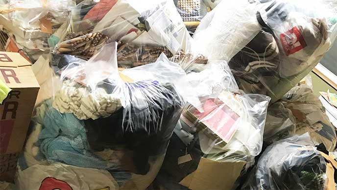 不用品をまとめた大量のゴミ