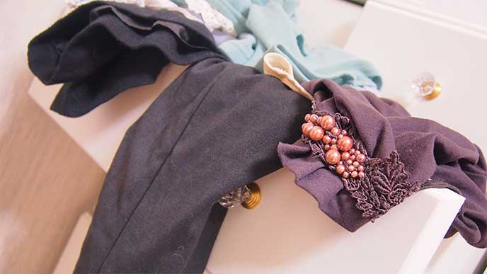 整理されてなく服がはみ出してるタンス