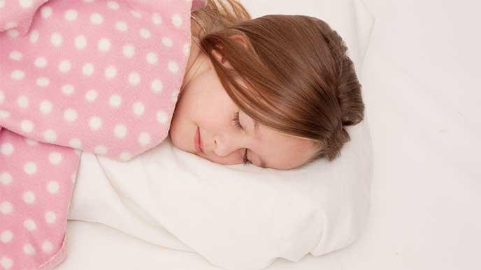 フカフカの枕を使って寝てる女の子