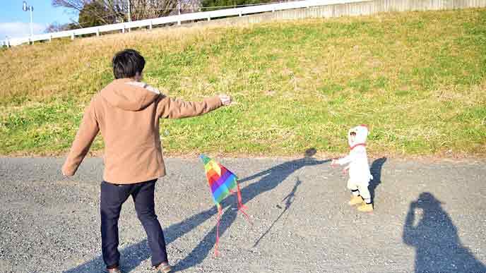 凧揚げする親子
