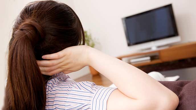 居間でTVを見る女性