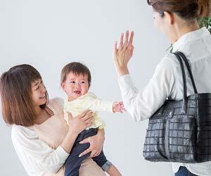 施設に子供を預けるお母さん