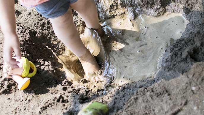 砂場で泥遊びをしてる子供達
