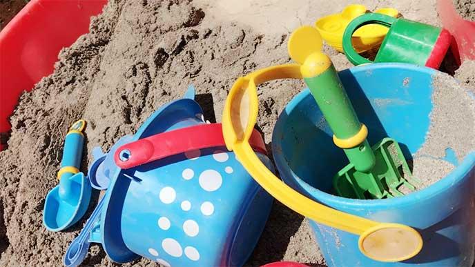 砂場に置いてる子供用のスコップ