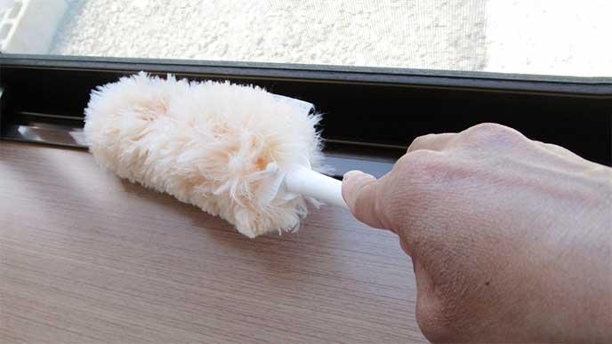 モップを使ったサッシ掃除