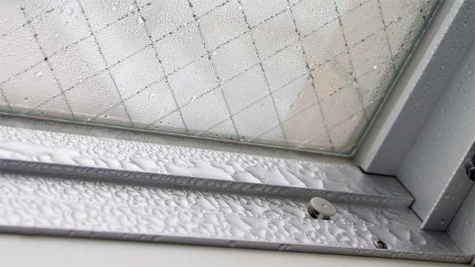 結露で濡れた窓のサッシ