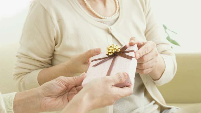 プレゼント受けとる女性