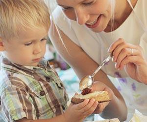 外国人の親子の食事