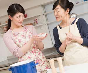 料理の味を姑に聞く嫁