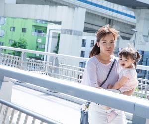 子供を連れて散策する女性